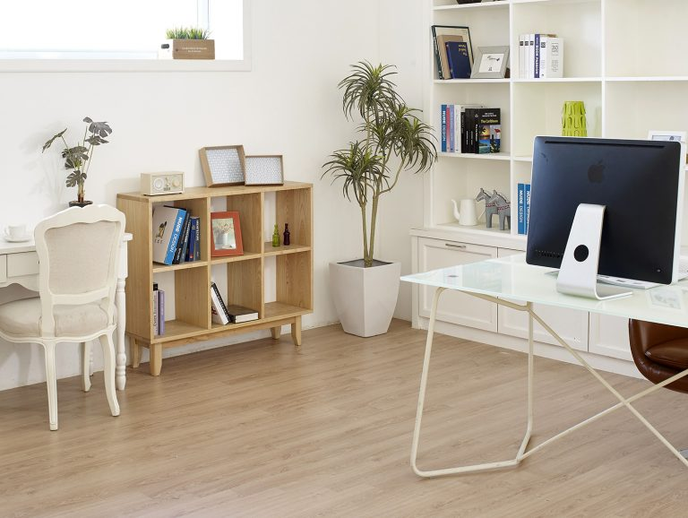 Read more about the article Luxury Vinyl vs Hardwood Flooring